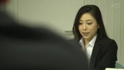 部下疲憊睡著眠時、嚴厲女上司讓人看見素顔…。 加班後開始的逆夜襲性交。