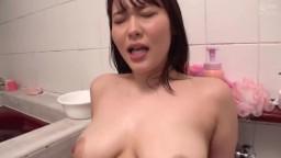 有子女的素人巨乳妻在狹窄浴室初次幫處男破處開苞中出。