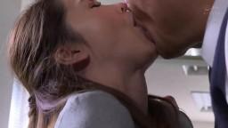 人妻秘書~滿滿汗水和接吻的社長室中出性交